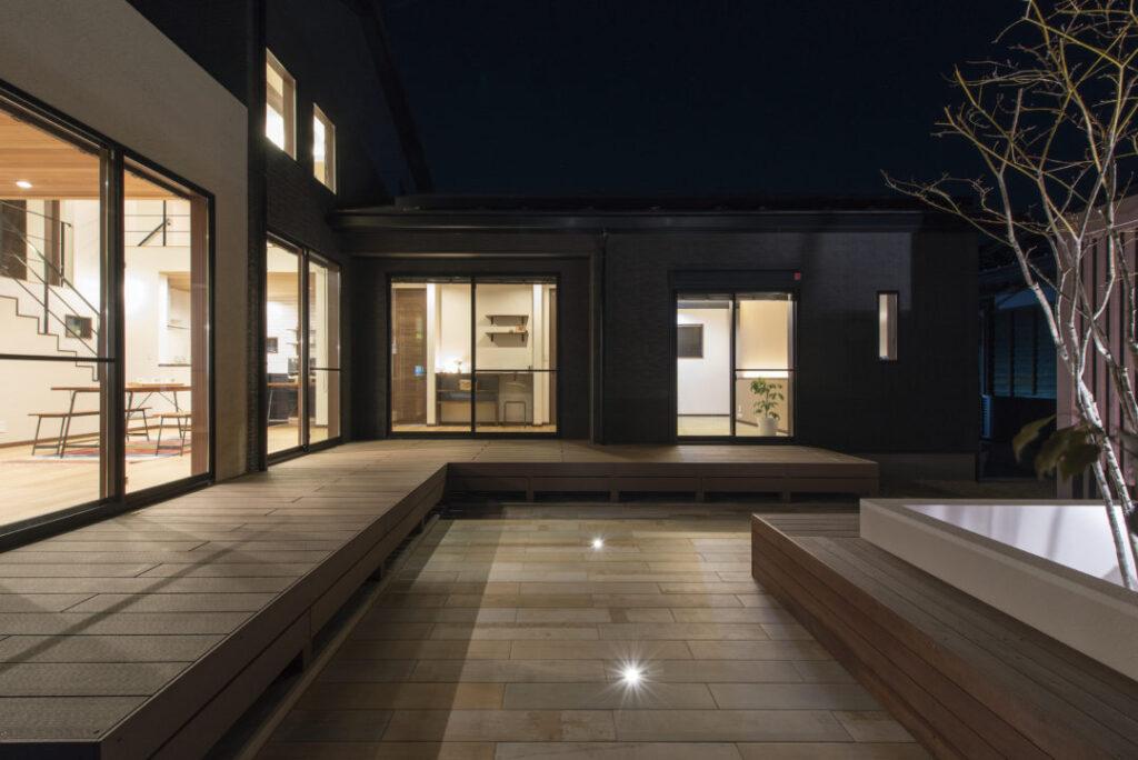 コの字型平家ウッドデッキ中庭